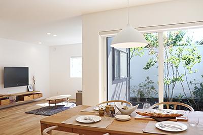 シンプルなデザインの家の写真