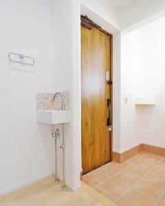 玄関横に手洗いのある注文住宅の写真
