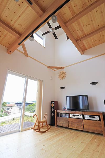 吹き抜けとパイン羽目板貼りの天井が、明るさあふれるLDKに温もりをもたらします。