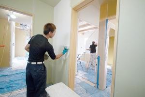 漆喰塗り作業中の写真